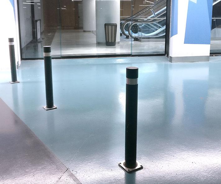 Dissuasori A-Flex B con piastra verde installati neri parcheggio
