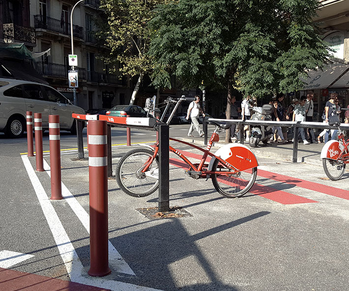 Installation-red-DT-flexible-bollards-cycle-lane Barcelona