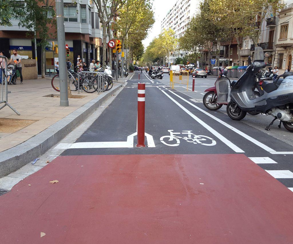 Installazione-dissuasori-flessibili-DT-rossi-piste-ciclabili