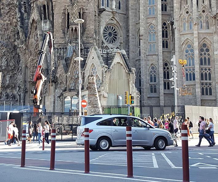 Bolardos flexibles A-Resist carril bici intslados en Sagrada Familia
