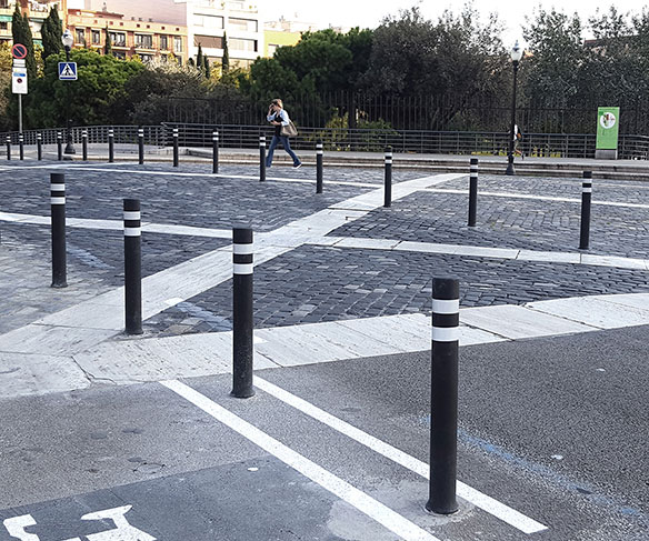 Instalacion pilonas A-Flex DT negras delimitar carril tranvia Barcelona