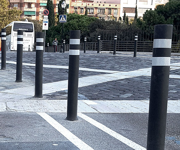 Installation A-Flex DT bollards delimit street