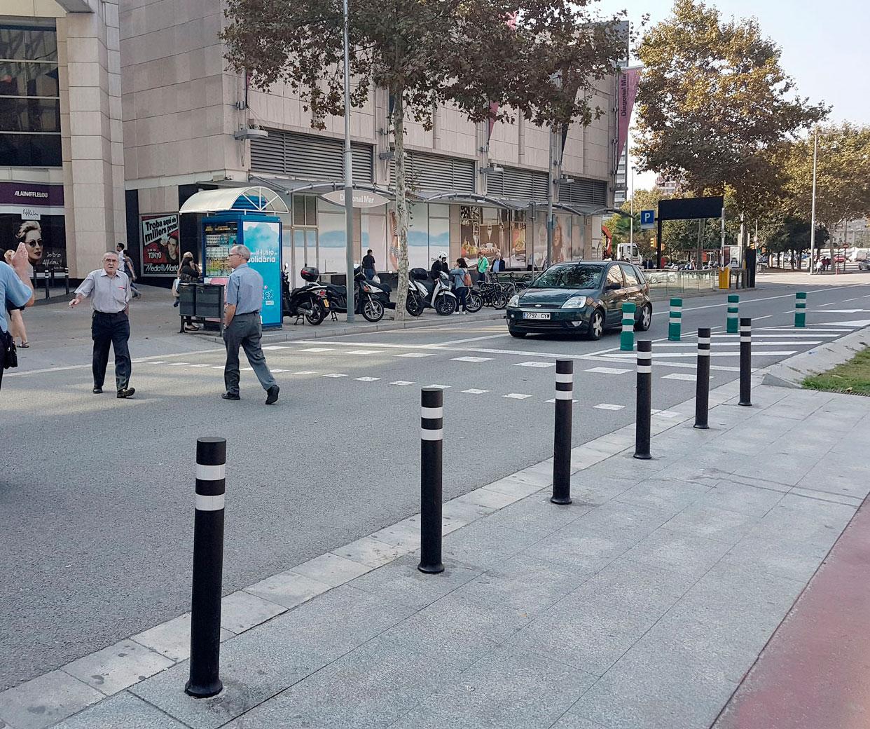 Bolardos A-Flex DT flexibles instalados Diagonal Mar Barcelona