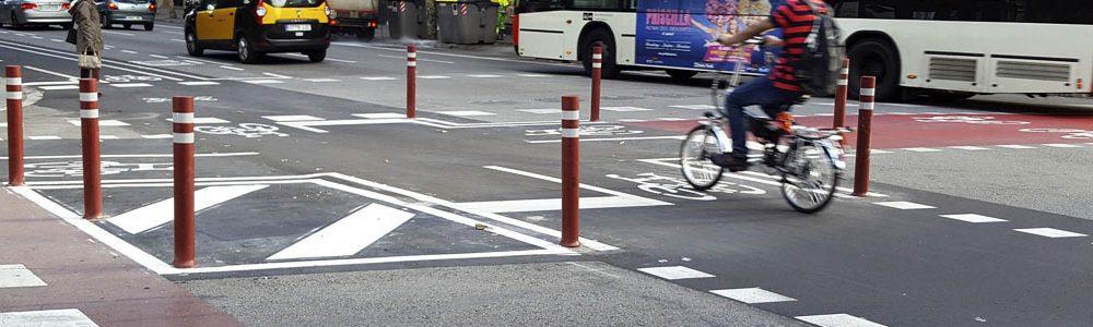 Instalación-pilonas-carril-bici-flexibles-delimitan-separación-carretera